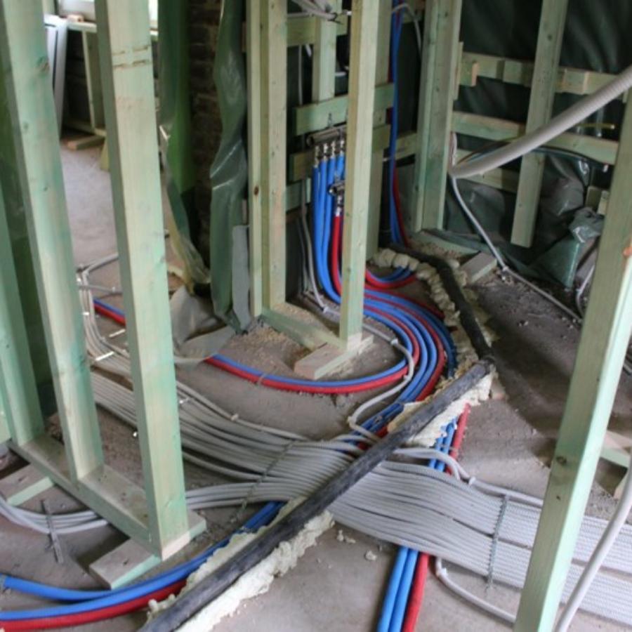 plaatsen san en cv leidingen in een renovatie project